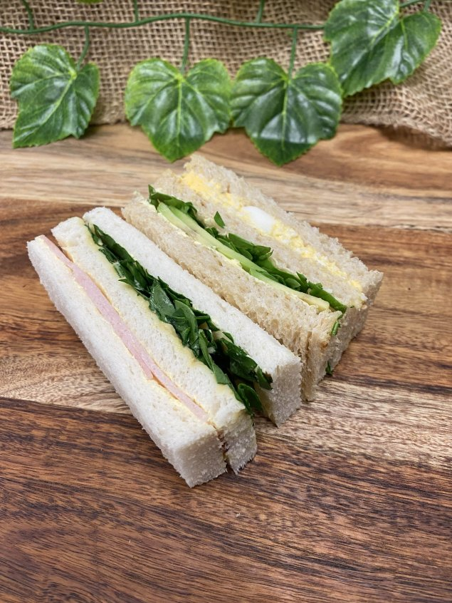Finger sandwiches – Smashed egg, avocado and watercress (v) – Smoked ham, Dijon, and baby spinach (2pp)