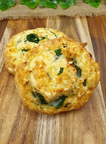 Spinach and feta pinwheel scone (v)