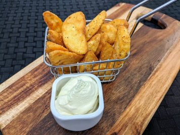 Wedges with sour cream